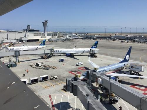 空港特有のエネルギー負荷の高い設備がある。例えば、エプロンや誘導路を照らすハイマスト照明、ターミナル経由で充電される機器充電ステーション(手荷物運搬車や航空機の牽引車用)、手荷物運搬システム(BHS)、駐機中の航空機への電力供給などがあり、それらを詳しく分析した(写真:Arup)
