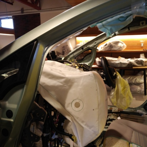 分解展示会で助手席エアバッグを展開したところ