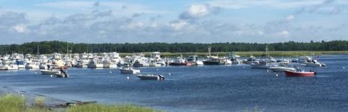 メリマック川の河口のマリーナに係留された多くのクルーザーやヨット