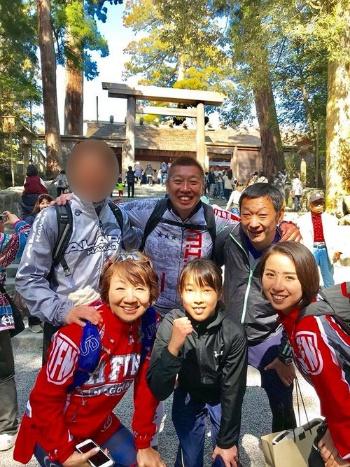後列の男性2人は名古屋の熱田神宮から延々112キロも走ってきました。お疲れ様です。