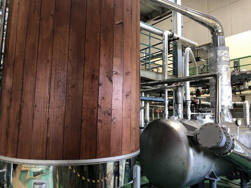 こちらは蒸留器です。いまひとつスケール感が出ていませんが、驚くほど大きいです。