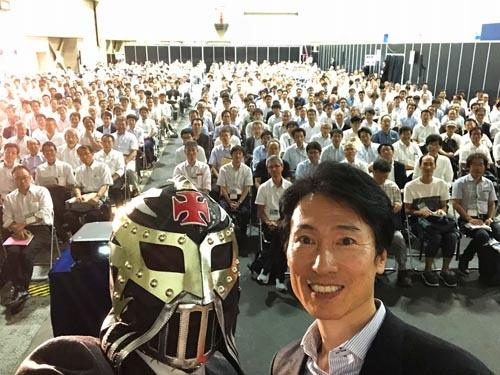 マツダの執行役員 車両開発本部長 松本浩幸氏と。松本さんが「スカイアクティブ ビークル アーキテクチャーとマツダの考える人馬一体」というマジメな話を40分。その後に私が登壇して掛け合い漫才を40分。トータル80分のセミナーでした。805名の方が聴講されたとのこと。ご来場いただいたみなさま。お楽しみいただけましたでしょうか。