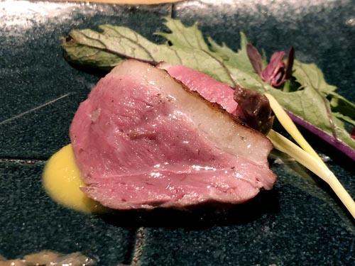 藁焼き鴨の葱ソース。噛むと鴨の脂身から飛び出る甘みと、藁の香りの香ばしさと、それに絡まる葱ソースが渾然一体となり得も言われぬ魅惑の美味となります。あぁ極楽。マジメに生きてきて良かったです。