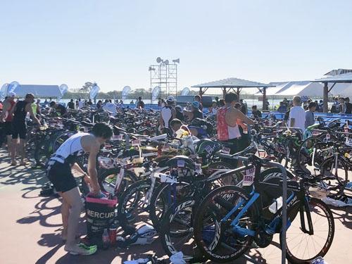 何とバイクチェックイン会場で選手のブリーフィングを! 全国の大会は長良川を見習うべき。特に佐賀の皆様は一回見学に来られればよろしいかと。