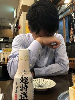 ヤマサ製品を前に男泣きする茂木選手。