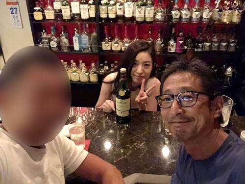 岡田さんと深夜の吉祥寺で。カウンターで同席した他のお客さんにイキナリ出自をカミングアウトされ困惑いたしました。