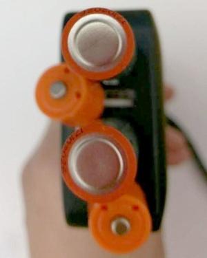 単3形では、差し込むUSB端子の間隔が狭いと干渉が起こる。4個口のUSB充電器でも2個しか挿せなかった