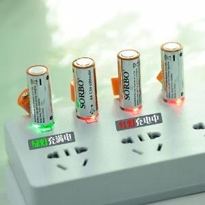充電池本体には発光するパーツもあり、充電中は赤、充電完了時は緑色に発光するのも分かりやすい。