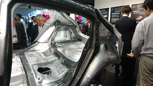 マツダが「人とくるまのテクノロジー展」に出展した次世代SKYACTIVの車体。車体側面の開口部を環状構造で補強している(濃いグレーの部分が従来に対して強化した部分)