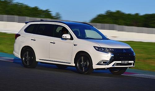 大幅な部分改良を受けて近く発売予定の新型「アウトランダーPHEV」。外観ではヘッドランプやグリル、バンパーの形状が変更された(写真:三菱自動車工業)