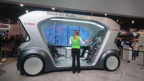 ドイツ・ボッシュが展示した移動サービス向け車両のコンセプトカー。4人の乗客が向かい合わせに座る