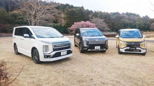 新型デリカ D:5(中央)と、都会的なイメージを強めたグレード「アーバンギア」(左)、そしてフロントデザインにデリカD:5と同様「ダイナミックシールド」と呼ぶデザインモチーフを採用した新型軽自動車「eKクロス」(2019年3月28日発売予定)
