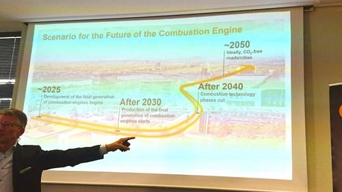 """デゲンハート氏は2040年以降にエンジンは""""終焉(phase out)""""を迎えるという予測を披露した"""