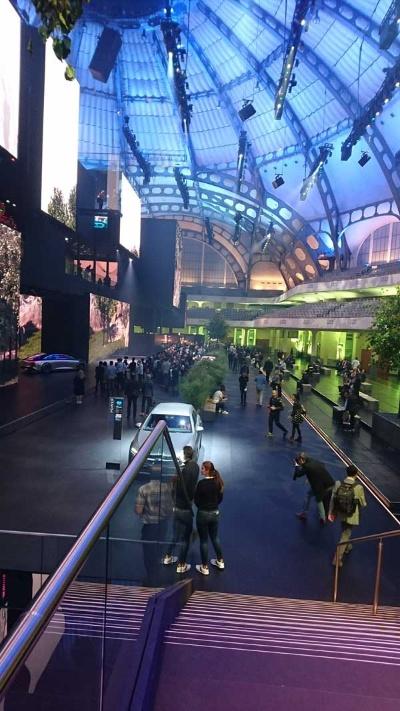 今年のフランクフルトモーターショーにおけるダイムラーの展示会場。いつもなら多くの展示車両が並ぶ会場が、今回は趣を一変させていた