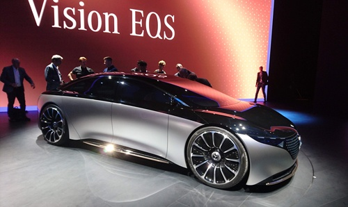 ダイムラーも今回のフランクフルトモーターショーで大々的に電動化をアピールしたメーカーの1つ。高級車のEVコンセプト車である「VISION EQS」を公開した。