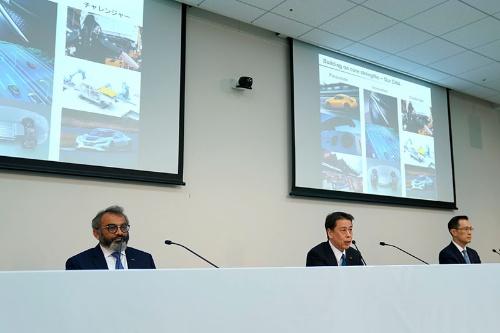 2019年度決算を発表する内田誠社長(中央)、アシュワニ・グプタ最高執行責任者(左)、スティーブン・マー最高財務責任者(右)。今回の発表はWeb中継で実施された(写真:日産自動車)
