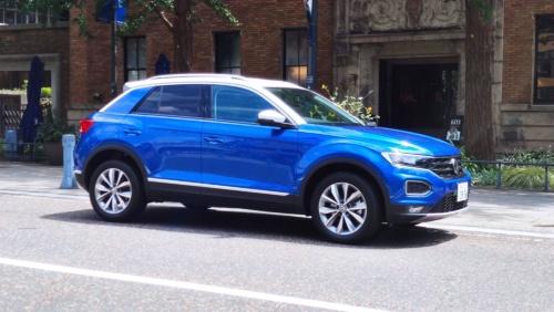 フォルクスワーゲンの新型SUV「T-Roc」。外装と内装をブルーでカラーコーディネートした「TDI Style Design Package」(写真:筆者撮影)