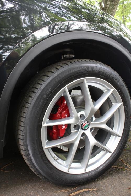 ブレーキは4ポッドキャリパーを傲り、制動力も強力。20インチホイールは純正でも軽量化が施された印象だ。タイヤの上にサスペンションのアッパーアームとナックルとのジョイント部が見える。
