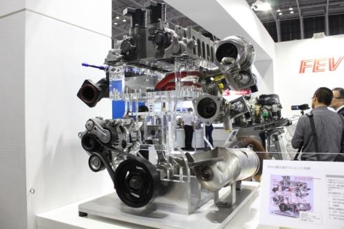 ガソリンエンジンを改善するためのデバイスを全て盛り込んだFEVの展示モデル。可変圧縮に二段過給を組み合せ、ウォーターインジェクションまで搭載。48Vシステムは当然のように搭載し、直噴によるPMも除去するGPFを備えることを提案している。