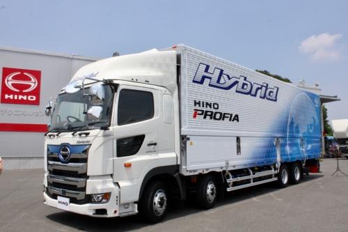 日野自動車が2019年夏に発売する予定の大型トラック「プロフィア・ハイブリッド」。2017年にフルモデルチェンジした「プロフィア」に追加する。