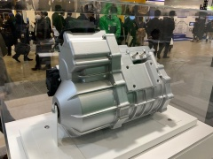 日本電産が展示していた電動パワートレーン。一般的なカウンターシャフトを経て出力されるタイプと、モーターと同軸で減速機を持つタイプ、インホイールモーターの3種類があった。(撮影:筆者)