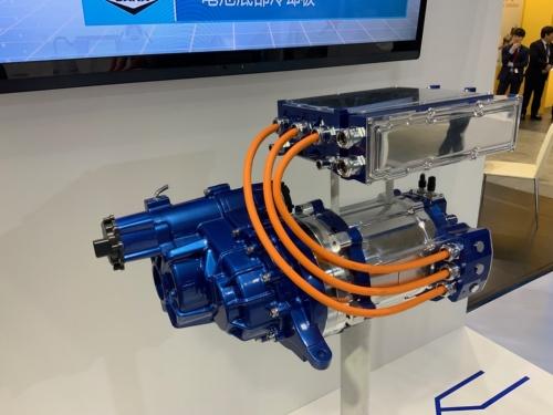 Spicerの電動パワートレーンの試作品。SUV用から小型トラックまで、幅広い仕様を用意できるのは、これまでの実績ならではであろう。(撮影:筆者)