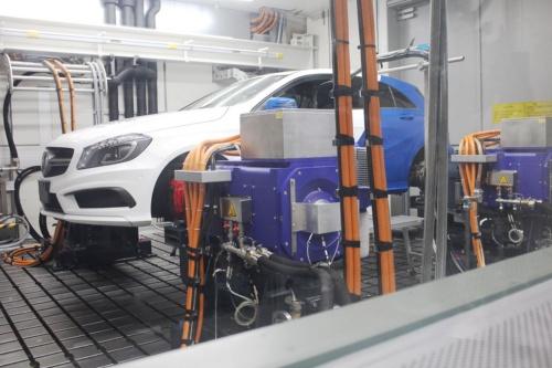 4Dyno Powertrain & Vehicle Testbedで走行テストを行なっている様子。天候や交通条件などに左右されず、安定した環境でパワートレーンの試験が行なえるシステムだ。(撮影:筆者)