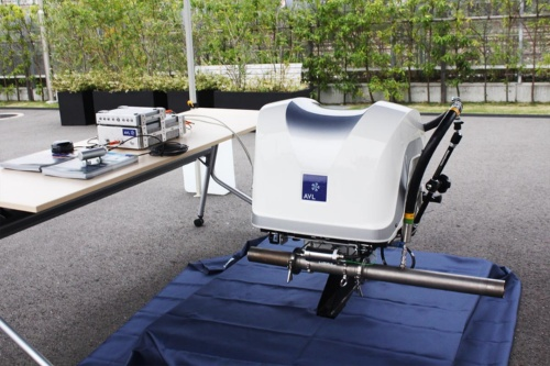 RDE試験で用いる測定機器M.O.V.E.。荷室にオーバーハングさせる形で装着し、走行中の排ガス成分を測定する。国内でのテストモードはどのようにするか、現在検討が進められている。(撮影:筆者)