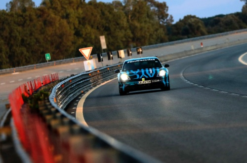 ポルシェは来る9月4日のタイカンのワールドプレミアを目前に控え、イタリア・ナルド・テストコースの高速走行専用コースでプロトタイプの連続走行による耐久テストを実施した。