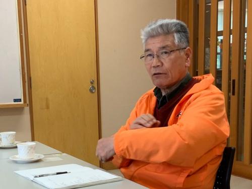 「元気むらさくぎ」の専務理事、田村眞司氏。作木町の産業や雇用を守り、観光資源の開発にも力を入れる。さくぎニコニコ便はバス停までの移動が困難な高齢者向けサービスだ。