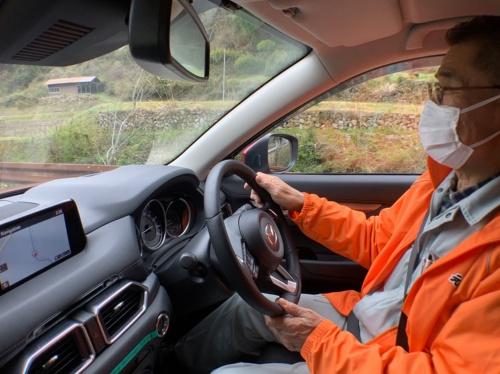 「さくぎニコニコ便」のドライバーを務める篠原氏は72歳。高齢ドライバーだから、踏み間違いを起こしにくいペダルレイアウトや、ADAS(先進運転支援システム)が充実したクルマを使用することは重要だ。