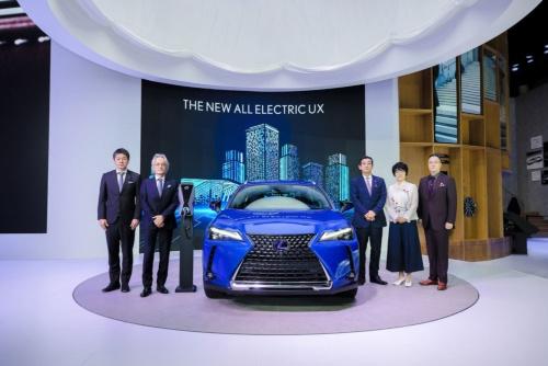 広州モーターショーでのUX300e発表風景(いちばん左が渡辺剛氏、左から2人目が澤良宏プレジデント)