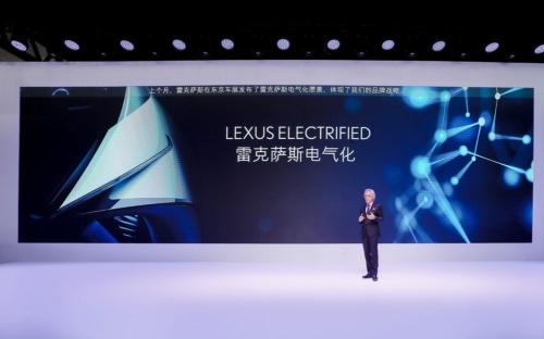 レクサス初の市販BEVの発表を中国語で行う澤プレジデント