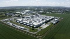図1 カメンツ工場の全景と同工場の敷地内を走るEV「EQC」