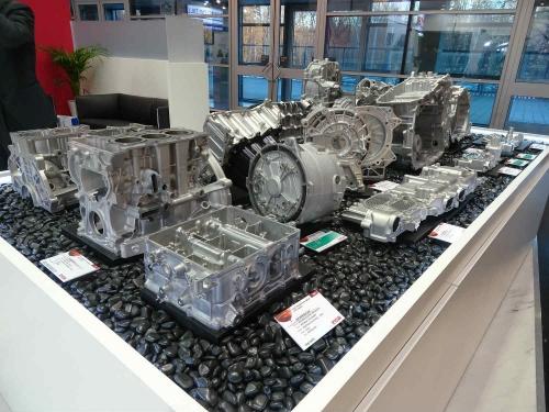 図2 エンジンや電動化部品などダイカスト製品の展示