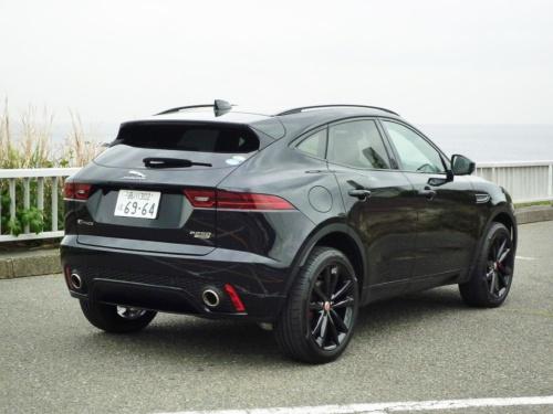 スポーツカーのF-TYPEをイメージしたデザインというだけあり、後ろ姿がスポーティで格好いい