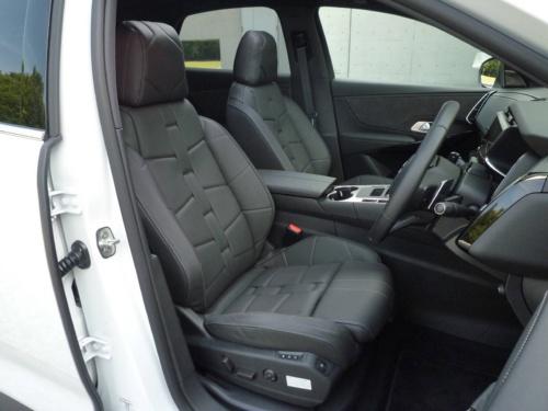レザーシートはしっかりとした座り心地で、運転姿勢を確かに支えた