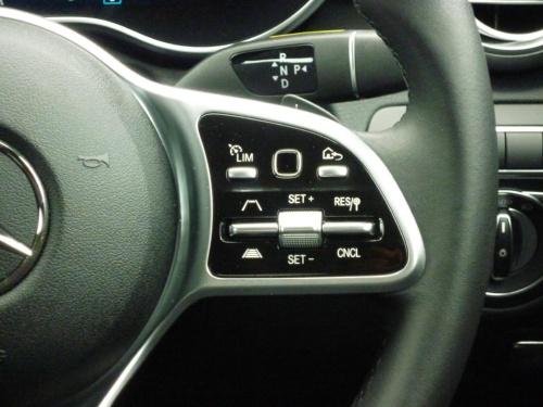 インテリジェントドライブの操作スイッチがステアリングスポーク部に設置され、Sクラス同様に操作性が向上した