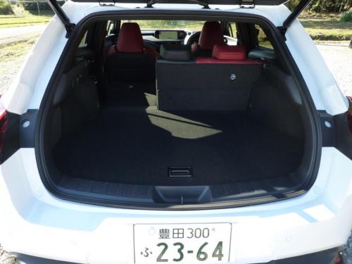 車両の全長が短いだけにそれほど大きな荷室ではないが、小旅行程度の荷物は積めるのではないか