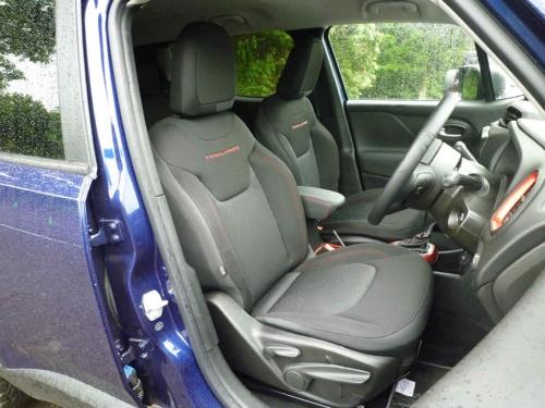 トレイルホークのロゴの入った座席は、体をしっかり支え悪路での運転に集中できる