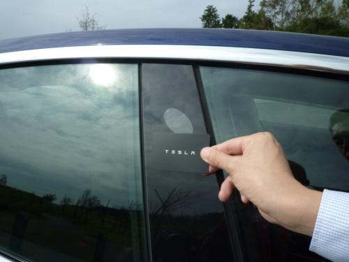 運転席側のセンターピラーにカードキーをかざすと、ドアロックが開錠され、取っ手が手前にせり出す