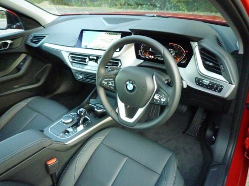 BMW車らしく、運転者中心の運転席周り