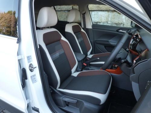 運転席は寸法もたっぷりあって、硬めのクッションとともに確かに体を支えてくれる