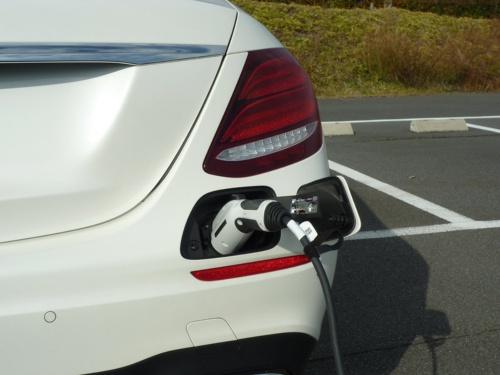 普通充電用の充電口は後ろのバンパーの右端に設定されている