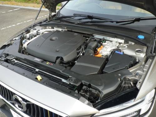 ターボチャージャーとスーパーチャージャーと2つの過給機を装備する2.0L直列4気筒のガソリンエンジンには、電子制御8速AT(自動変速機)が組み合わされる