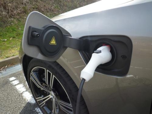 200Vの普通充電口は、左フロントフェンダーに設けられている