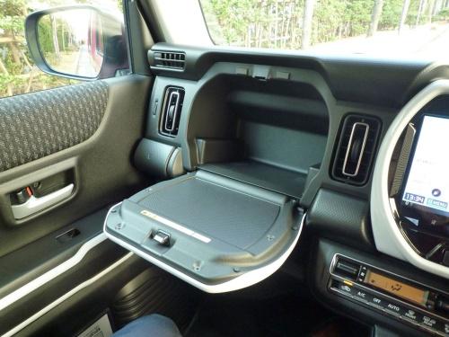 助手席前のダッシュボードには、グローブボックスとは別の物入れがある