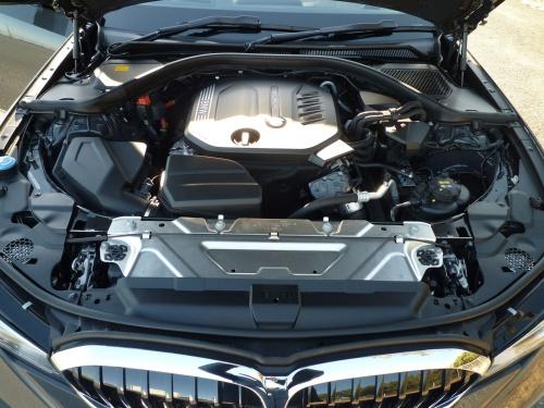 ディーゼルターボエンジンは、低速トルクにゆとりがあり運転しやすいが、深くアクセルペダルを踏みこんだ時、やや遅れが出た