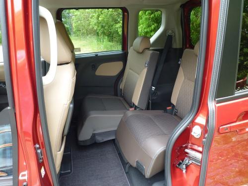 後席は前後へ大きくスライドできる。ただし座面の長さがやや短い。支柱には手すりが設けられ、子供から高齢者まで乗降の手助けになる
