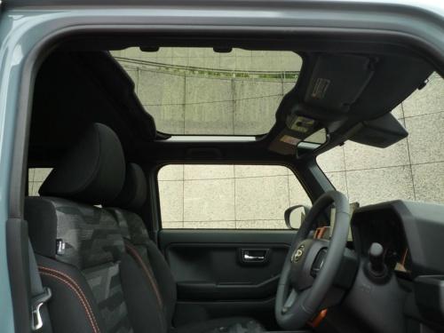 グレードの区別なく全車にガラスサンルーフが装備される